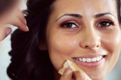 Brud som förbereder sig för att gifta sig makeup royaltyfri fotografi