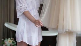 Brud som förbereder sig till den pålagda bröllopsklänningen arkivfilmer