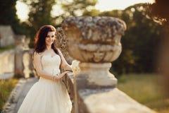 Brud som går i guld- höstnatur Royaltyfri Foto