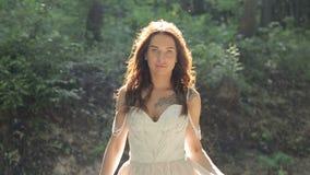 Brud som går ner parkera med buketten på att gifta sig Sunny Day Slow Motion stock video