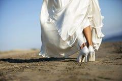 Brud som går på stranden Royaltyfria Bilder