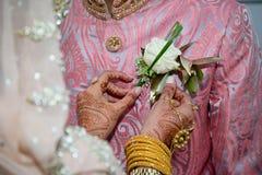 Brud som justerar knapphålet Royaltyfri Foto