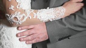 Brud som kramar brudgummen på midjan stock video