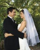 brud som omfamnar brudgum Royaltyfri Fotografi