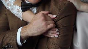 brud som omfamnar brudgum Nygift personkram och rymma handcloseupen arkivfilmer