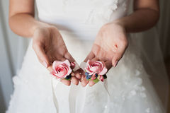 Brud som rymmer brudtärnans blommor Royaltyfria Bilder