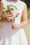 Brud som rymmer buketten av blommor Royaltyfria Foton