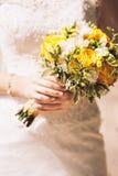 Brud som rymmer buketten av blommor Royaltyfri Fotografi