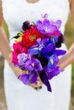 Brud som rymmer den härliga buketten av blommor på bröllop Arkivfoto