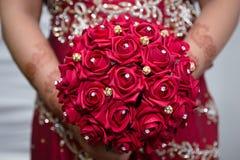 Brud som rymmer den röda buketten Fotografering för Bildbyråer