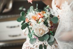 Brud som rymmer den stora och härliga bröllopbuketten med blommor Fotografering för Bildbyråer