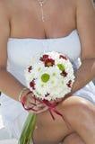 Brud som rymmer en blommaliten bukett Arkivbild