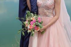 Brud som rymmer en härlig brud- bukett Royaltyfri Fotografi