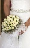 Brud som rymmer hennes blomma Royaltyfria Bilder