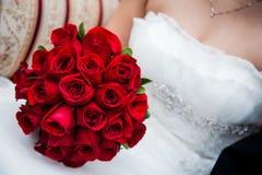 Brud som rymmer röda Rose Bouquet Royaltyfri Bild