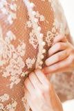 Brud som sätter på henne vitbröllopsklänningen Arkivbilder