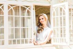 Brud som ser till och med fönstret Royaltyfri Foto