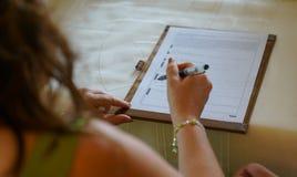 Brud som undertecknar för förbindelse i borgerligt registreringskontor arkivfoton