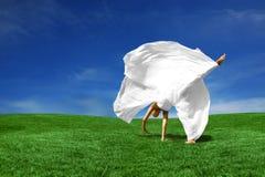 brud som utomhus cartwheeling Fotografering för Bildbyråer