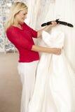 brud som väljer klänningbröllop Arkivfoto