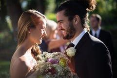 brud varje brudgum som ser annan Royaltyfri Foto
