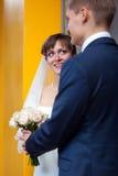 brud varje brudgum som ser annan till Fotografering för Bildbyråer