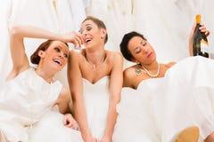 Brudar som dricker för mycket i bröllop, shoppar Royaltyfri Bild