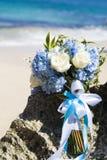 Brudbröllopbouque är på stranden Arkivfoto