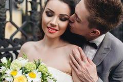 brudbrudgum hans kyssa Royaltyfri Fotografi