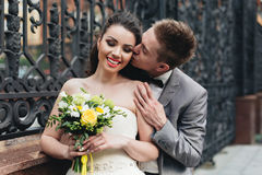 brudbrudgum hans kyssa Royaltyfria Foton