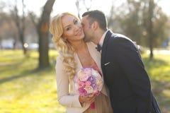 brudbrudgum hans kyssa arkivfoton