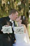 brudbrudgum som att gifta sig bara Royaltyfri Fotografi