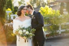 brudbrudgum som gifta sig utomhus vinter Royaltyfri Bild