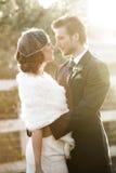 brudbrudgum som gifta sig utomhus vinter Royaltyfria Bilder