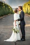brudbrudgum som gifta sig utomhus vinter Royaltyfria Foton