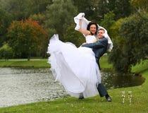 brudbrudgum utanför Royaltyfri Fotografi