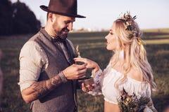 brudbrudgum utomhus bröllop för brudceremoniblomma Gifta sig bågen Royaltyfria Bilder