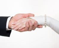 brudbrudgumhänder rymmer tillsammans white Royaltyfria Foton