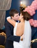 brudbrudgumkyss Royaltyfri Bild