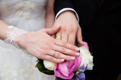 brudbrudgummen hands att gifta sig för cirklar Arkivbilder