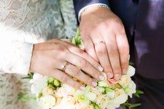 brudbrudgummen hands att gifta sig för cirklar Royaltyfria Foton