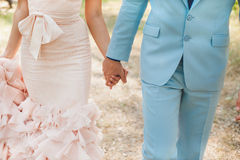 brudbrudgummen hands holdingen Arkivbilder