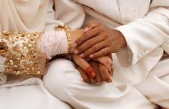 brudbrudgummen hands holdingen Arkivfoto