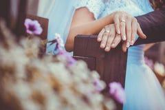 brudbrudgummen hands holdingen Arkivbild