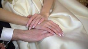 brudbrudgummen hands holdingen lager videofilmer