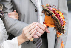 brudbrudgummen hands s Royaltyfri Foto