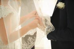 brudbrudgummen hands s Arkivbild