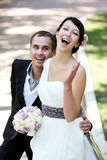 bruddag som tycker om den lyckliga brudgummen deras bröllop Arkivfoton