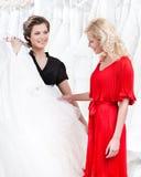 Bruden är itu meningar angående klänningen Royaltyfria Foton