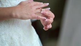 Bruden bär cirkeln på hennes finger stock video